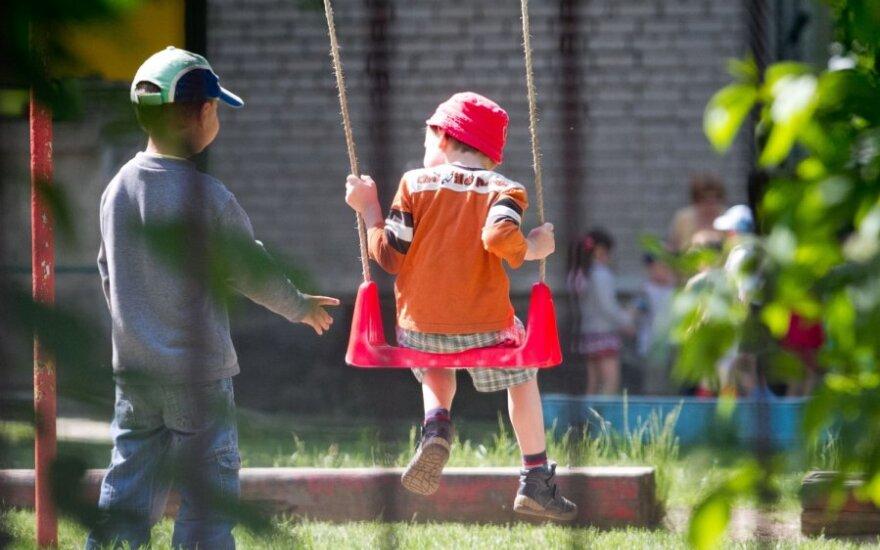 Tėvelis suabejojo vaikų priėmimo į darželius skaidrumu