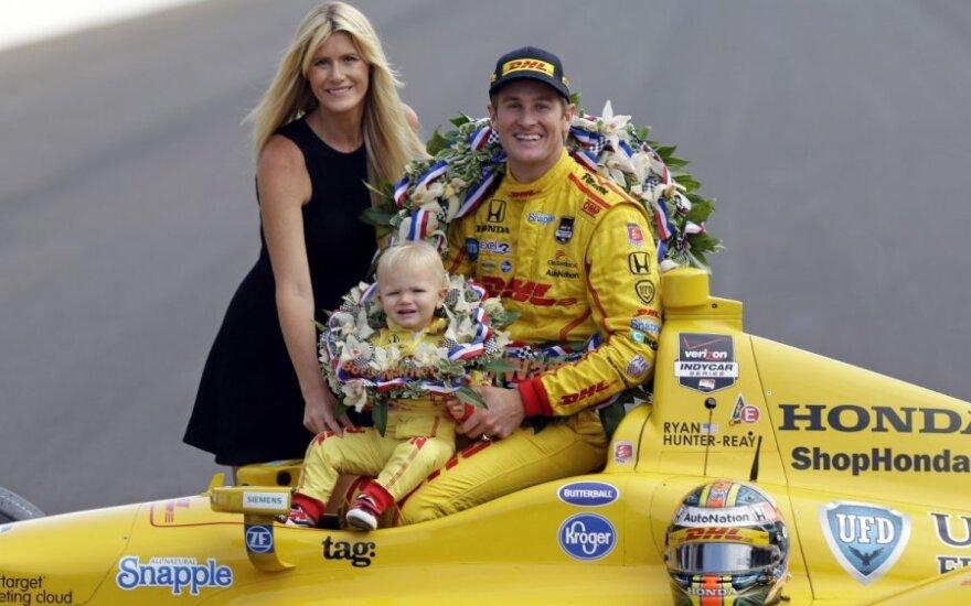 Ryanas Hunteris-Reay su žmona Beccy Gordon ir sūnumi Rydenu