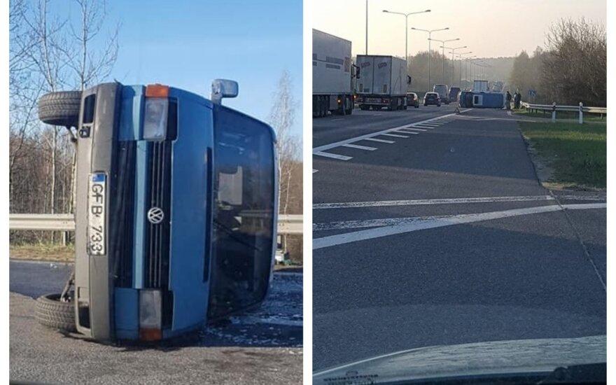 Apvirtęs automobilis kelyje Kaunas - Vilnius