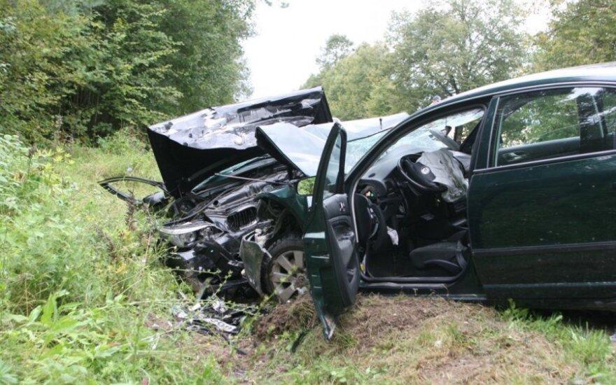"""Trakų r. susidūrė BMW ir """"Škoda""""– keturi žmonės sunkiai sužaloti"""