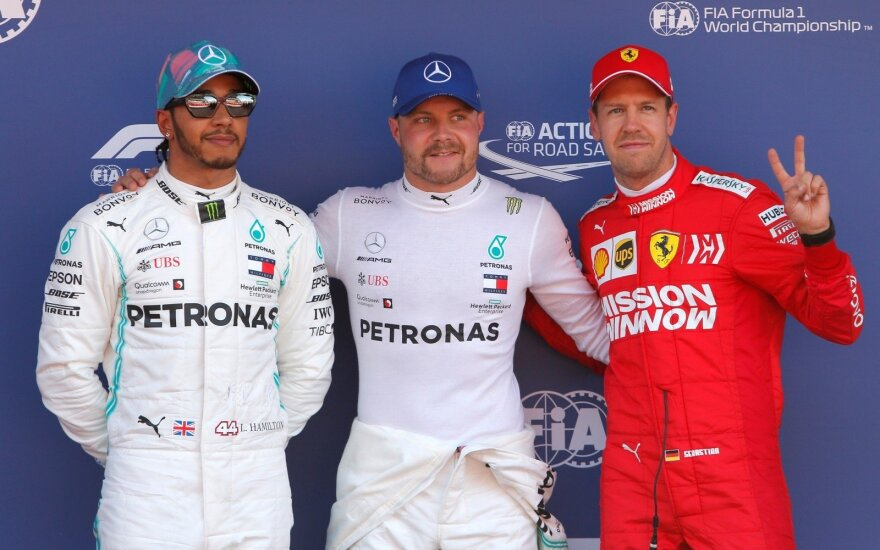 Valtteri Bottas (centre), Lewisas Hamiltonas (kairėje), Sebastianas Vettelis