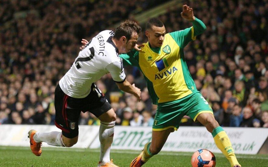 """Elsadas Zverotičius (""""Fulham"""", kairėje) ir Joshas Murphy (""""Norwich"""")"""