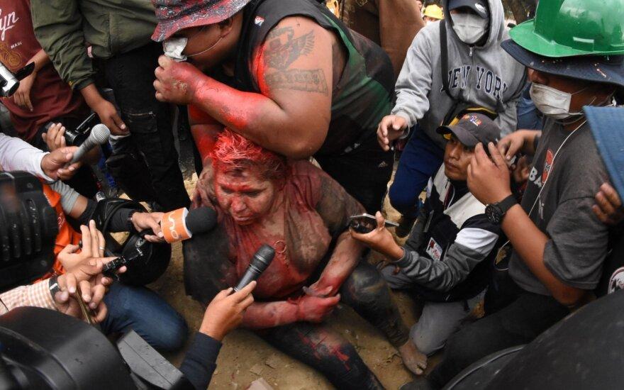 Protestuotojai Patricijai Arce nurėžė plaukus ir apipylę dažais tampė po miestą