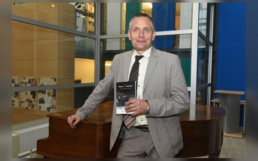 Panevėžio socialinių paslaugų centro direktorius Valdemaras Misevičius su savo knyga