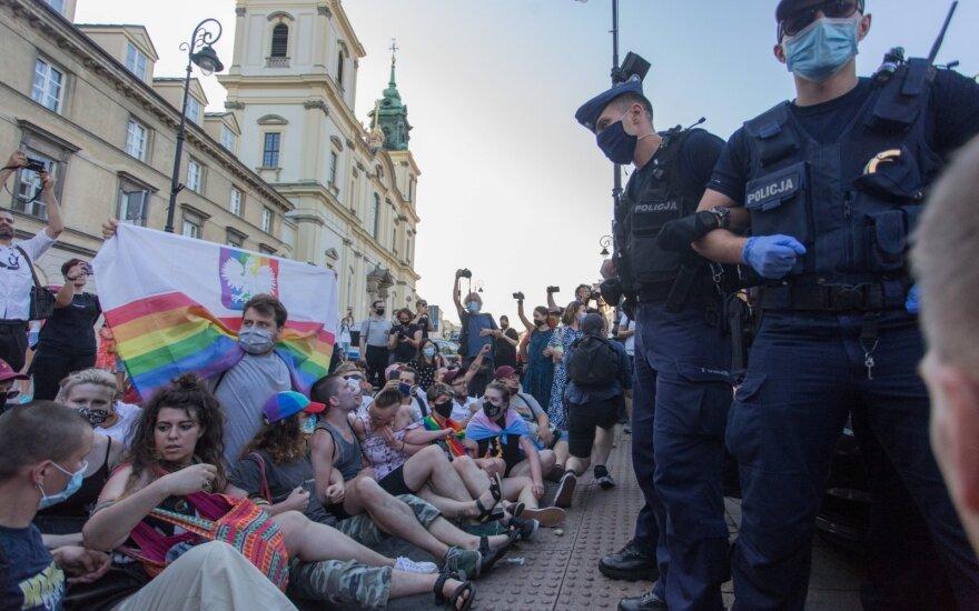 Lenkijos policija sulaikė 48 protestuotojus prieš LGBT aktyvisto suėmimą