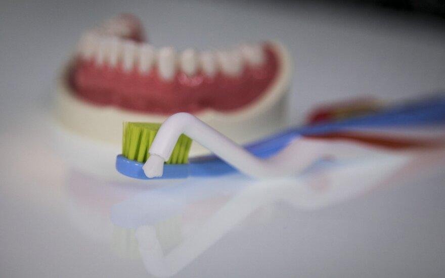 Odontologas nurodė pigiausią būdą, leidžiantį turėti gražius dantis