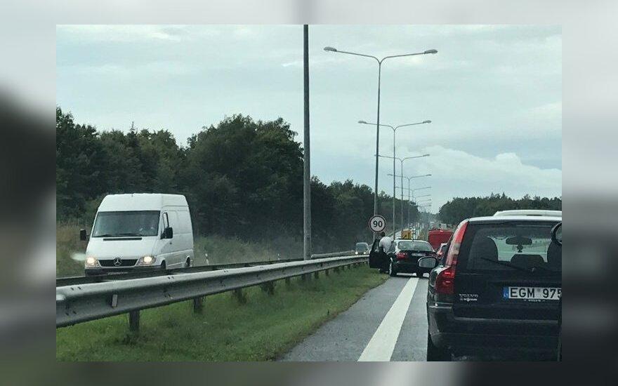 Dėl avarijos ir kelio remonto nusidriekė spūstys kelyje Vilnius–Klaipėda ties Kaunu