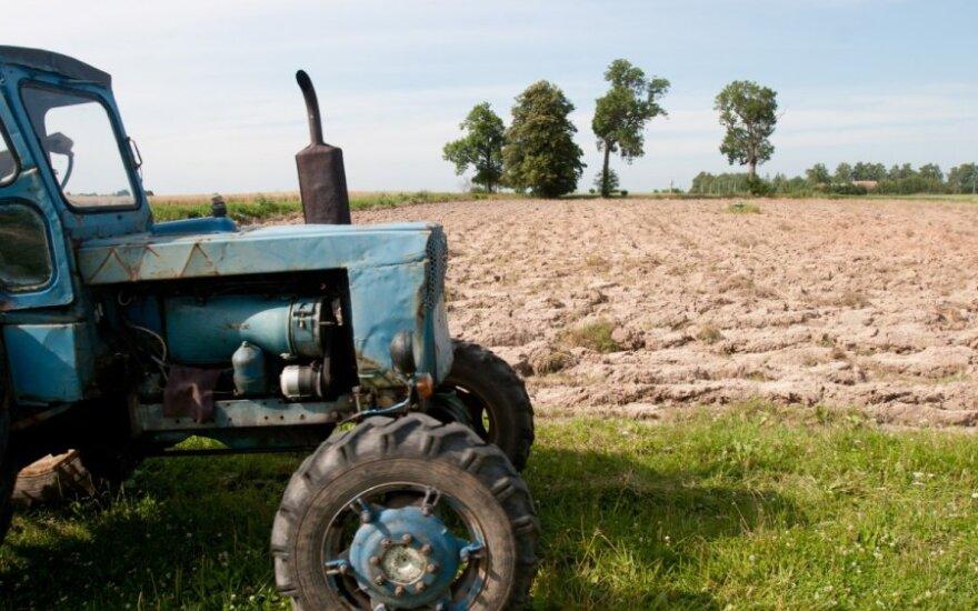 Girtas ir dar girtesnis pakaitomis vairavo traktorių
