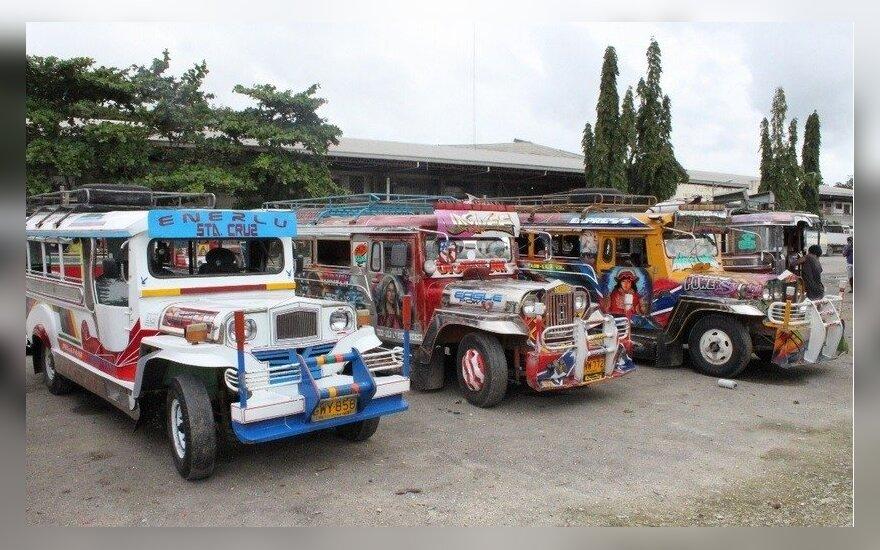 Spalvingasis Filipinų automobilis - džipnis (Jeepney)
