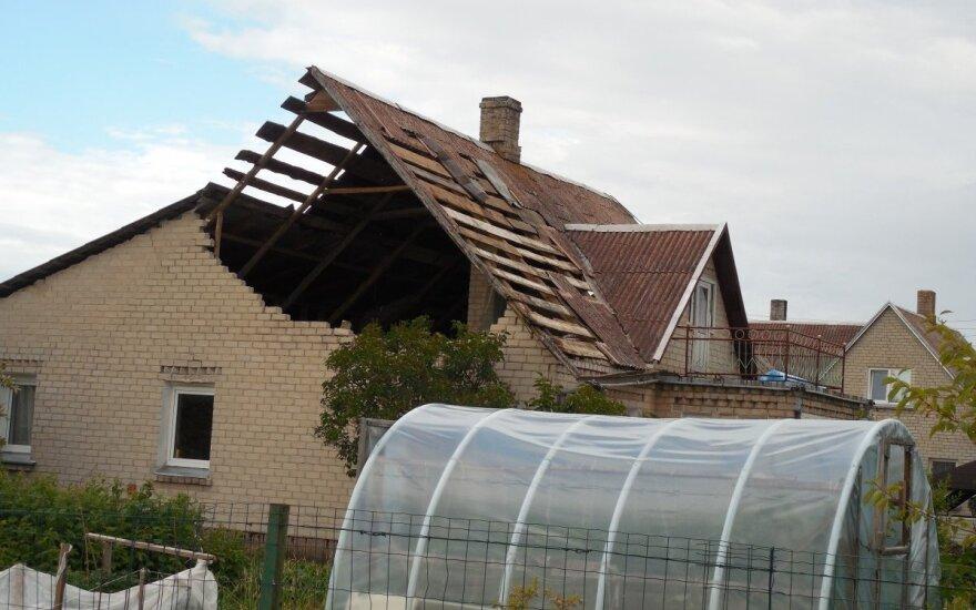 Užfiksavo audros nuostolius: nuplėšti stogai ir išvartyti medžiai