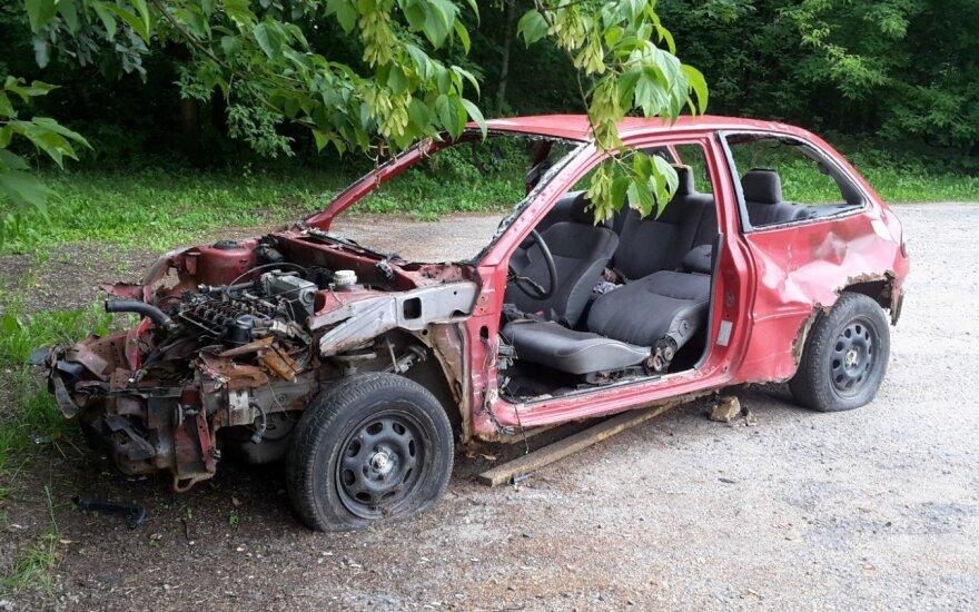 Apleistas neeksploatuojamas automobilis