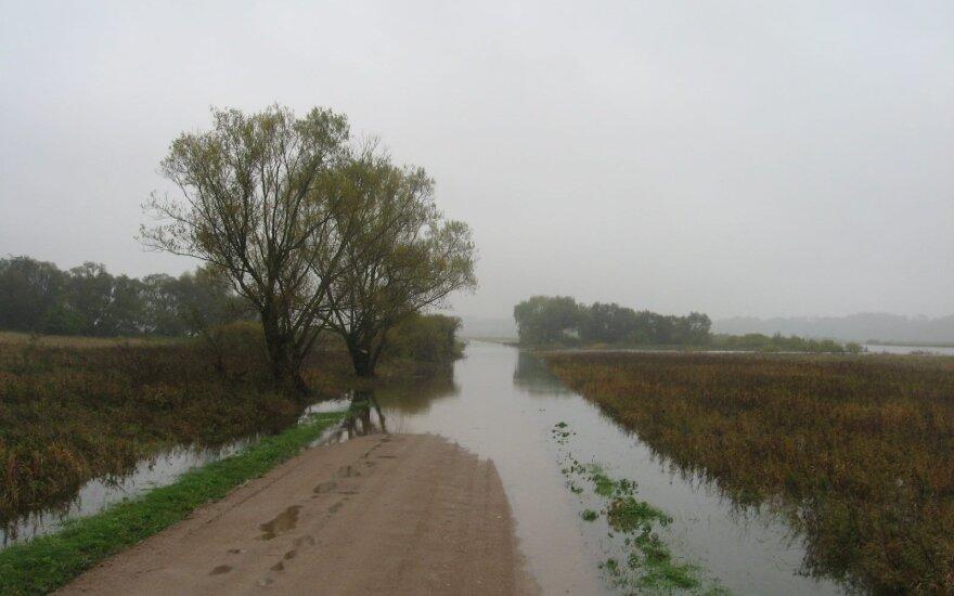 Vakarų Lietuvoje vietomis apsemti keliai
