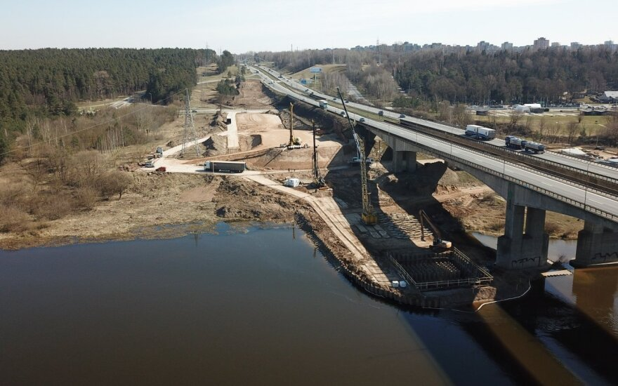 Kaune statomas tiltas per Nerį