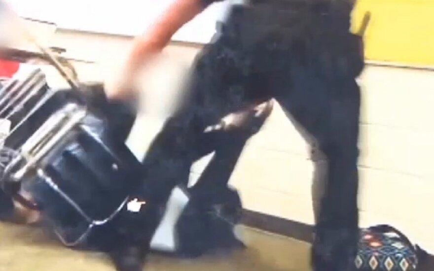 Nufilmuota moksleivės ir policininko konfrontacija kursto įtūžį