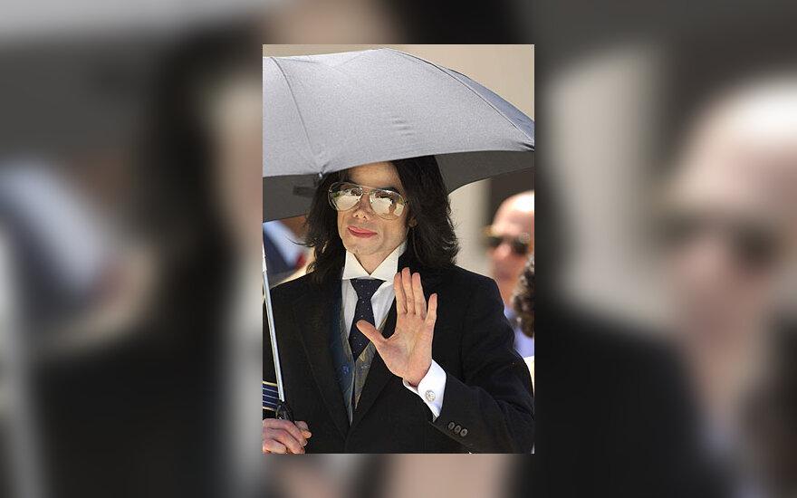Michaelas Jacksonas po išteisinamojo nuosprendžio išvyksta iš teismo
