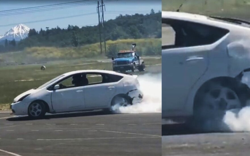"Šonu slystantis ""Toyota Prius"""