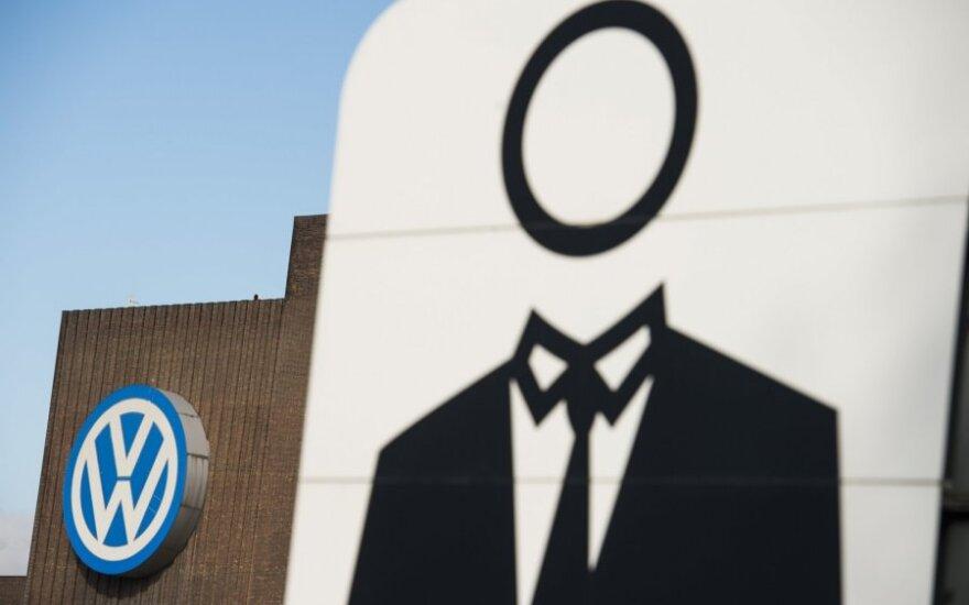 """""""Volkswagen"""" pasiūlė dėl skandalo nukentėjusiems JAV klientams dovanų kortelių ir čekių"""