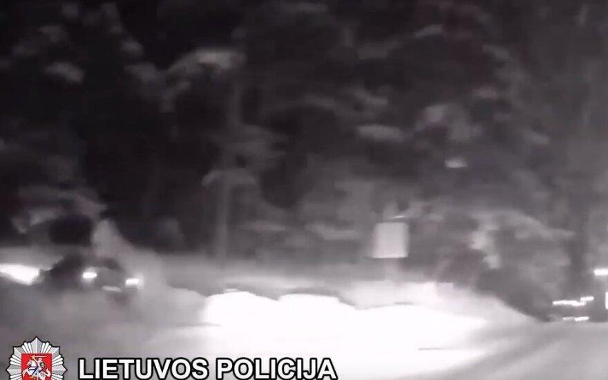 Nufilmuota: policijos persekiojamas girtas vairuotojas įstrigo pusnyje