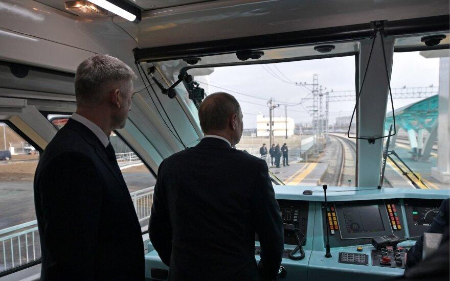 Putinas atidarė geležinkelio liniją ginčytinu Krymo tiltu