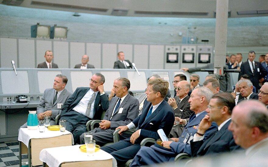 Buvęs nacių V-ginklų vienas iš vadovų Kurt H. Debus, tapęs NASA vieno centrų direktoriumi (sėdi tarp Prezidento D.Kenedžio ir Vice prezidento L.Džonsono)