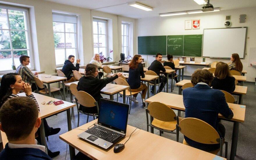 Slapta nuo mokytojų ir tėvų dalinasi feisbuke: turėtų būti labai gėda