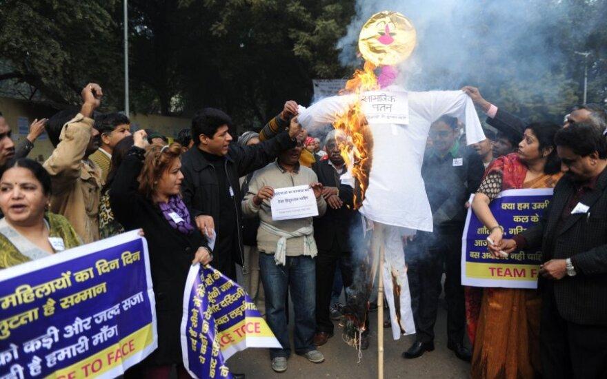 Protestai dėl moterų žaginimo Indijoje