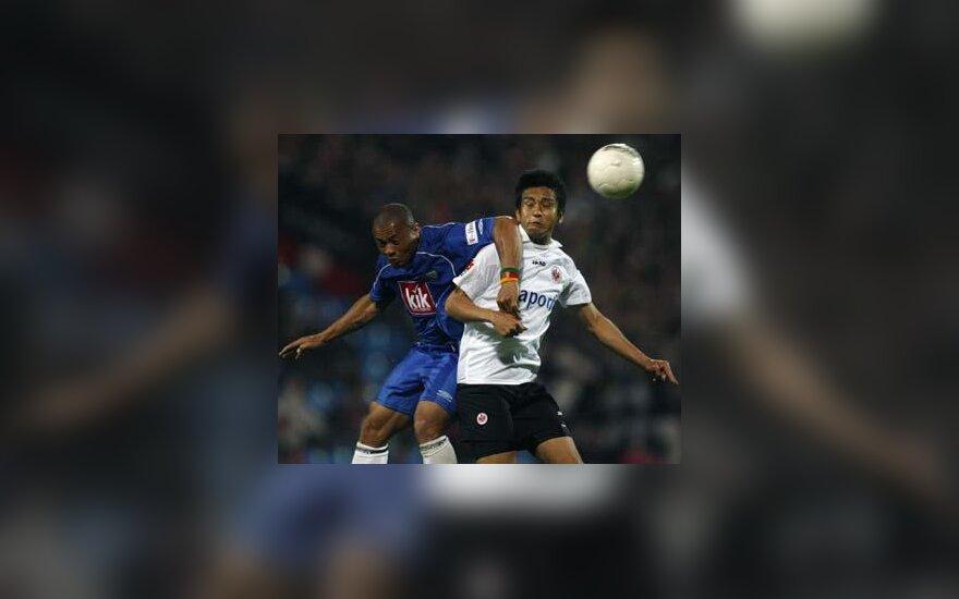 """Joel Epalle (""""VfL Bochum"""", kairėje) kovoja su Junichi Inamoto (""""Eintracht"""" )"""