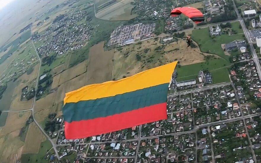 Marijampolės aeroklubas įspūdingai paminėjo Mindaugo karūnavimo dieną.