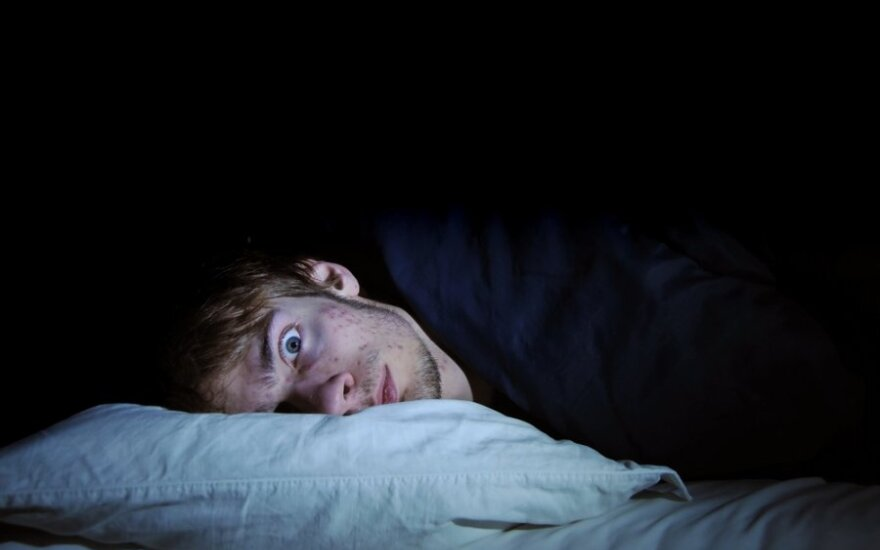 Vyras guli ir bijo tamsos