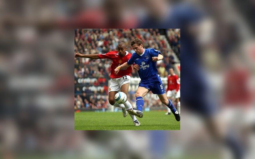 """Davidas Bellionas (""""Machester United"""") kovoja su Gary Naysmithu (""""Everton"""")"""