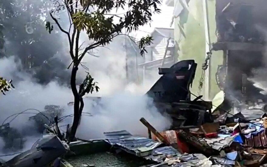 Indonezijos naikintuvas sudužo gyvenamajame rajone