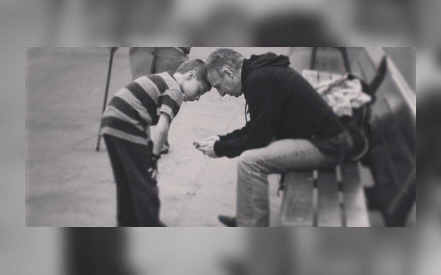 SAVAITĖS TEMA. Savanaudžiai seneliai vengia anūkų priežiūros