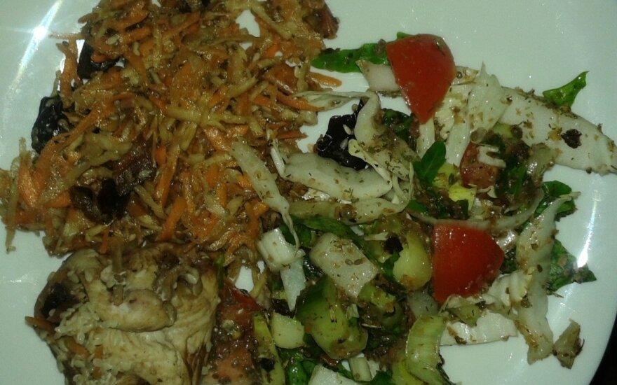 Vištiena su morkų salotomis