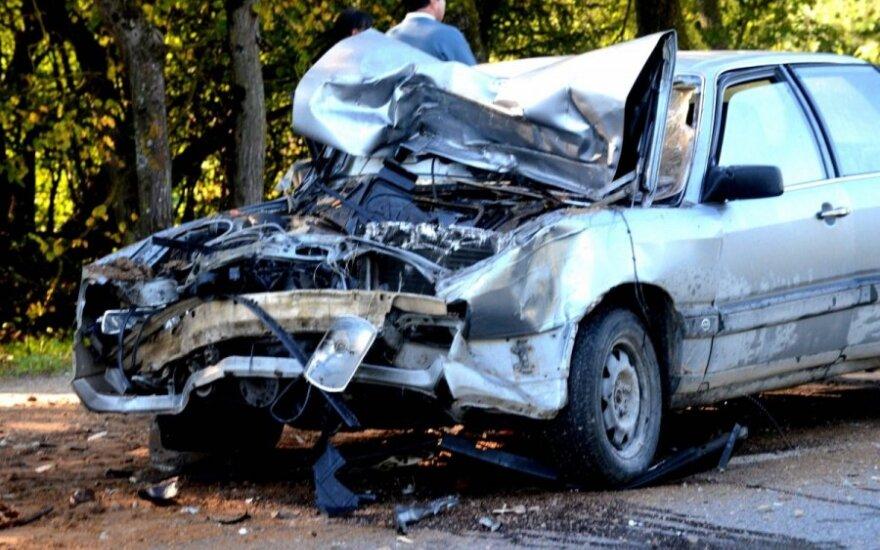 Senjoro automobilis rėžėsi į traktoriaus tempiamą priekabą