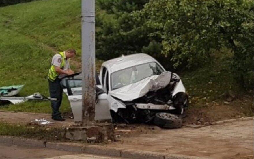 Po avarijos Vilniuje suknežintas BMW, sužaloti 2 žmonės