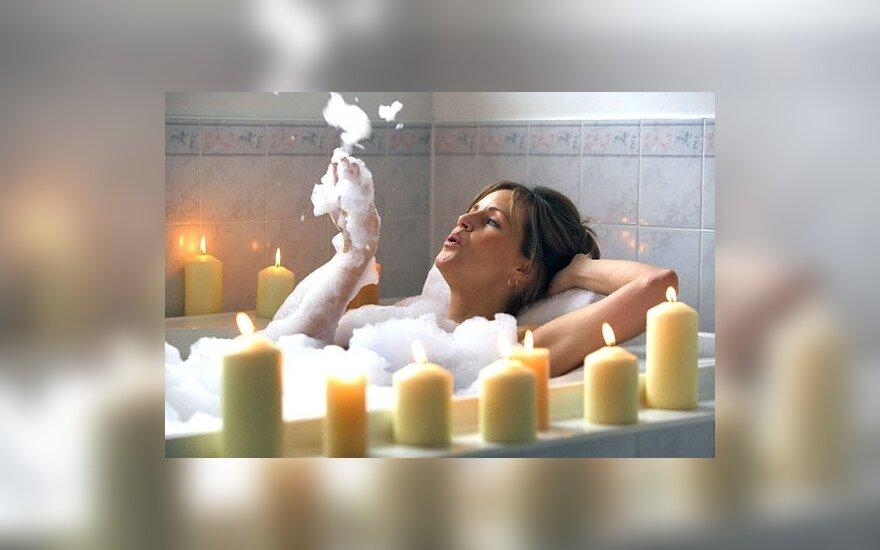 Moteris pliuškenasi vonioje