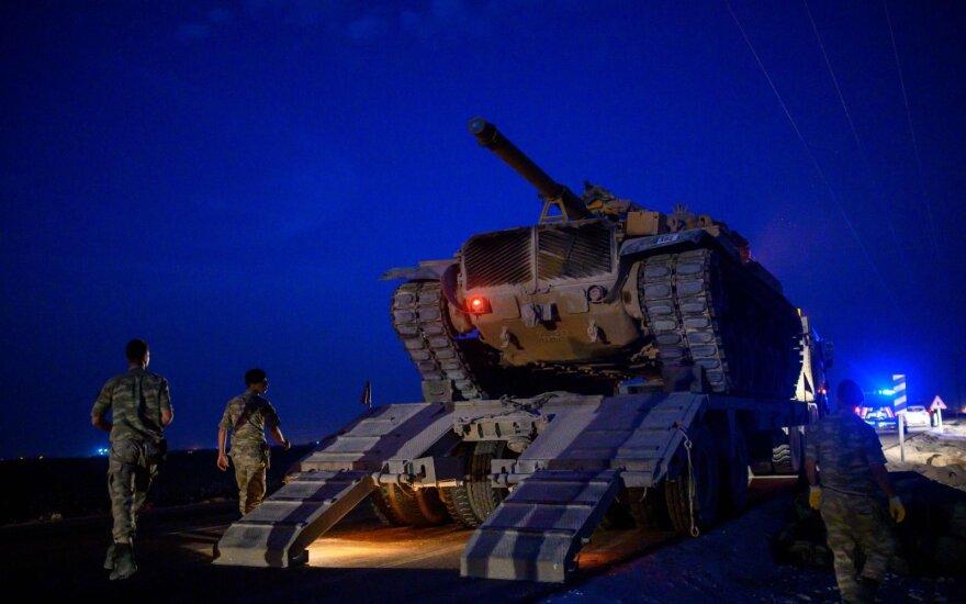 Turkų kariai prie sienos su Sirija