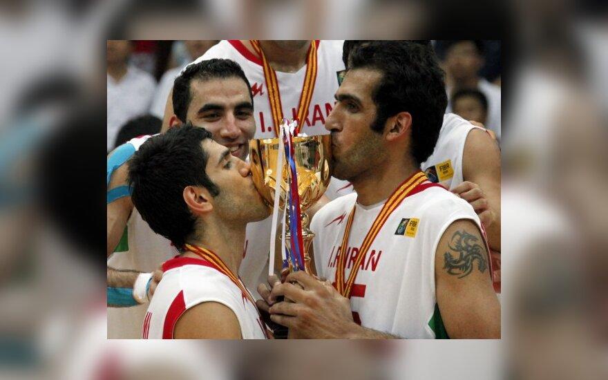 Iraniečiai M.Bahrami ir H.Ehadadi bučiuoja Azijos taurę