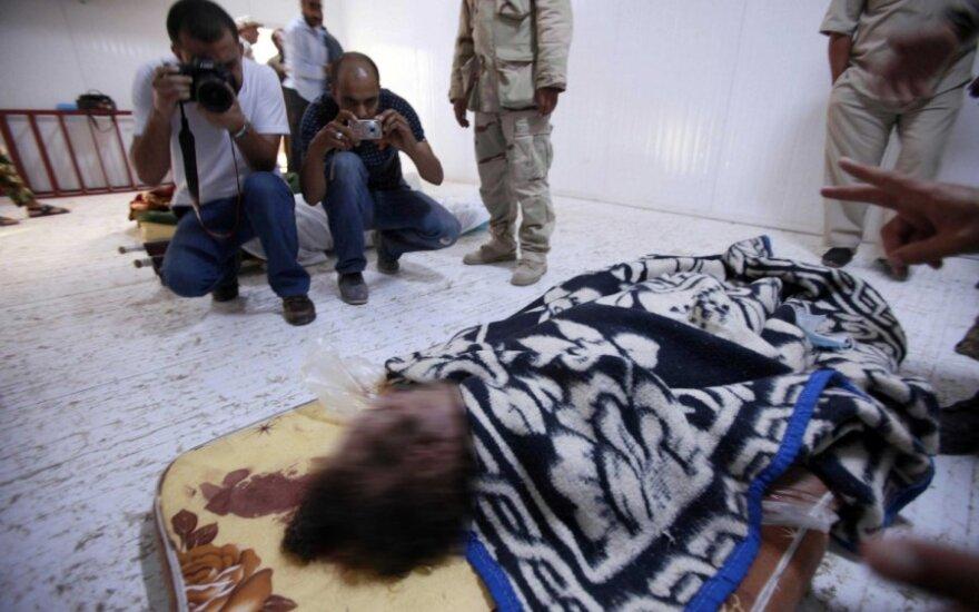 Žmonės rikiuojasi į eilę pamatyti Muammaro Gaddafi kūną