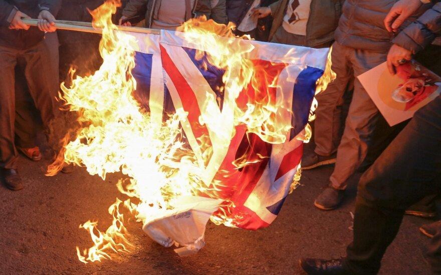 Irane protestuotojai prie britų ambasados sudegino JK vėliavą