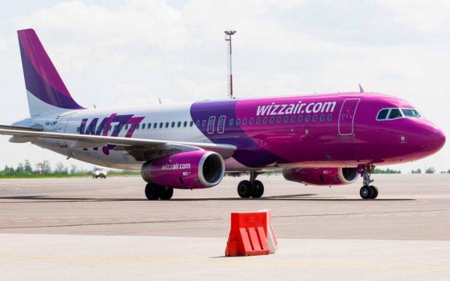 """Protestuodami """"Wizz Air"""" keleiviai oro uoste užblokavo registracijos stalus"""