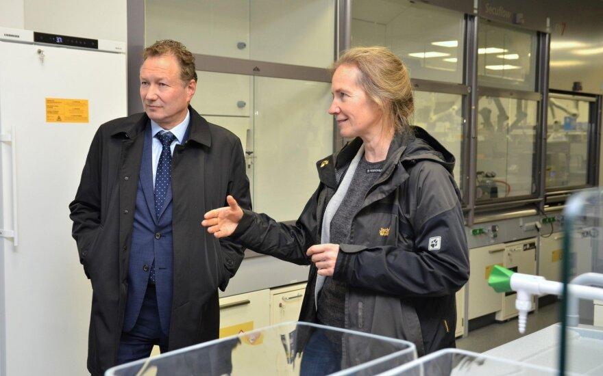KU rektoriaus pareigas laikinai einantis prof. dr. Artūras Razbadauskas ir Jūros tyrimų instituto direktorė prof. dr. Zita R. Gasiūnaitė