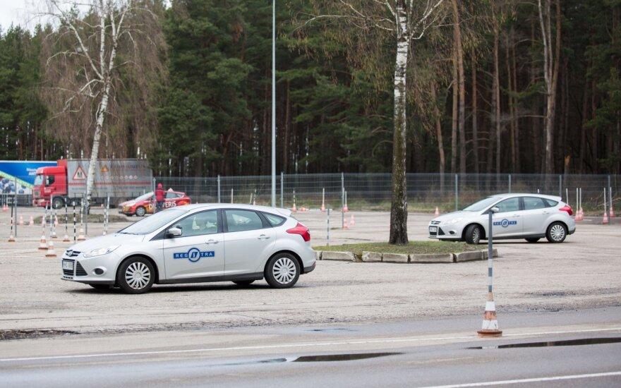 """Vyriausybei leidus laikyti vairavimo egzaminus """"Regitra"""" skubėti nežada"""
