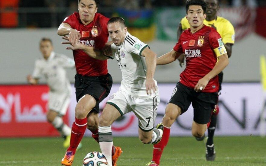 Franckas Ribery kovoja su dviem varžovais