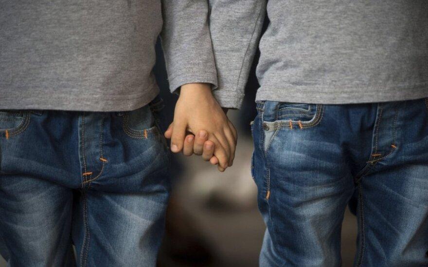 Šokiruojantis tyrimas: tos pačios lyties tėvų atžalos sveikesnės ir laimingesnės?