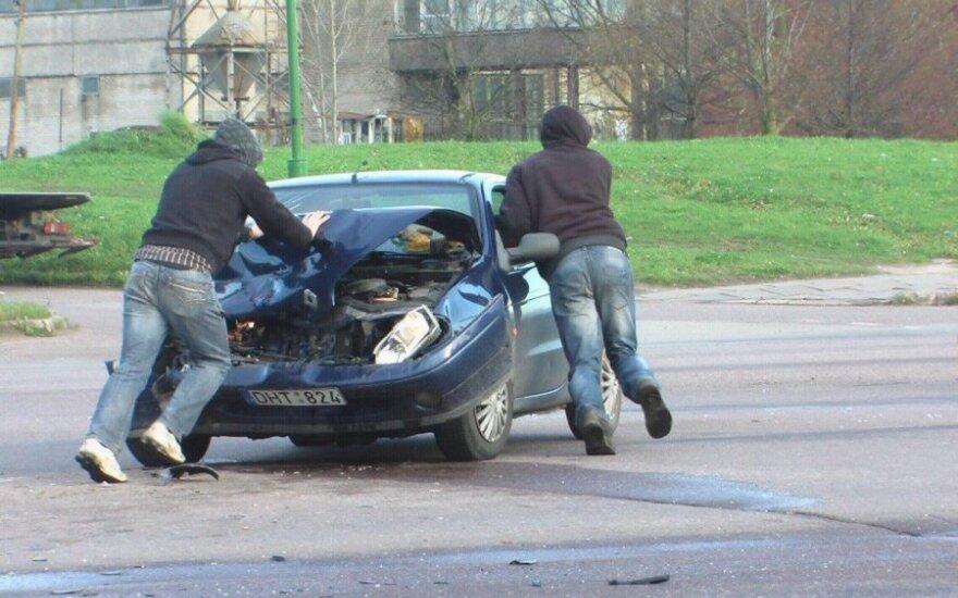 """Ką tik pirktu """"Renault"""" chuliganas rėžėsi į BMW"""