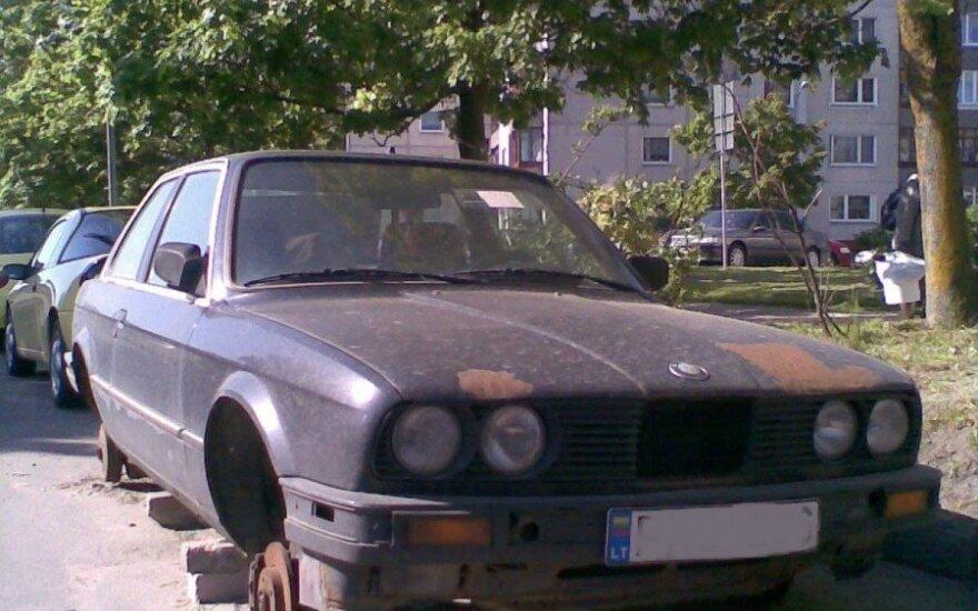 Senas automobilis daugiabučio kieme