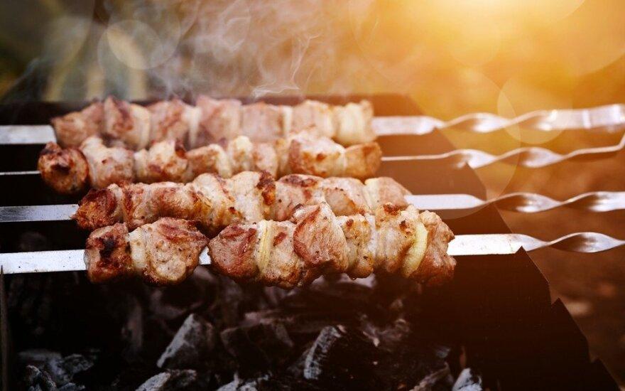 Burnoje tirpstantys šašlykai: atskleidė, kas geriausiai suminkština mėsą