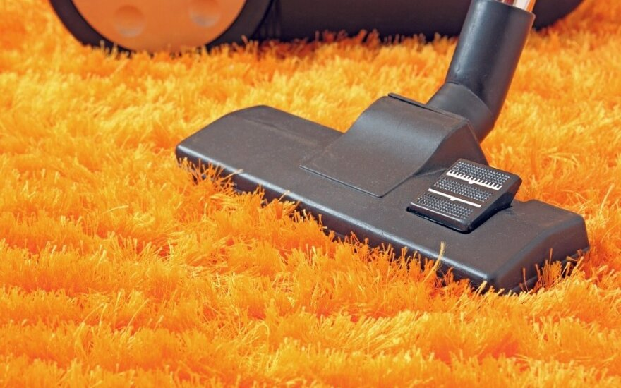 Veiksmingos naminės priemonės, kurios sugrąžins kilimui spalvą ir pašalins dėmes