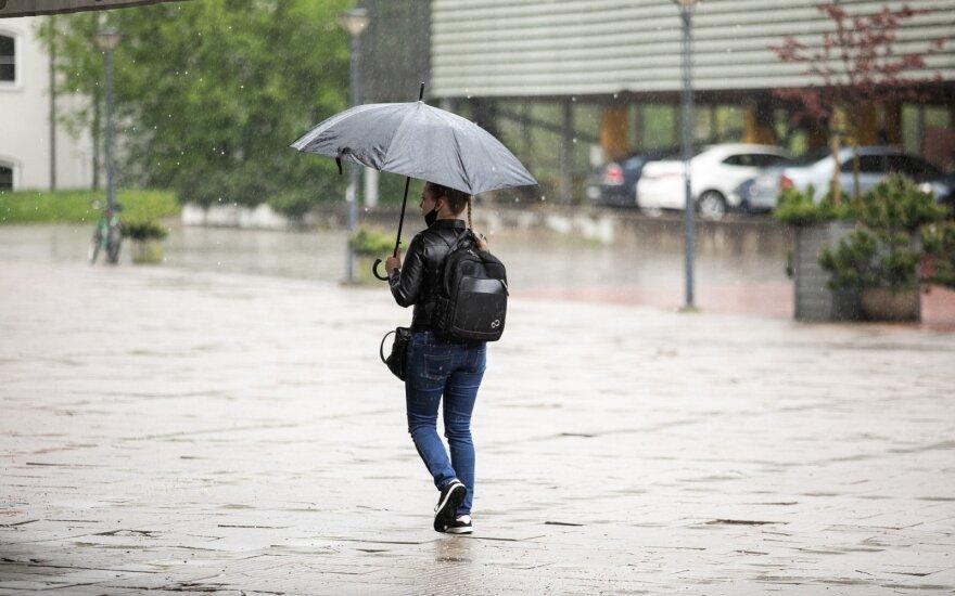 Vėsūs orai trauktis neketina: lietų lydės perkūnija